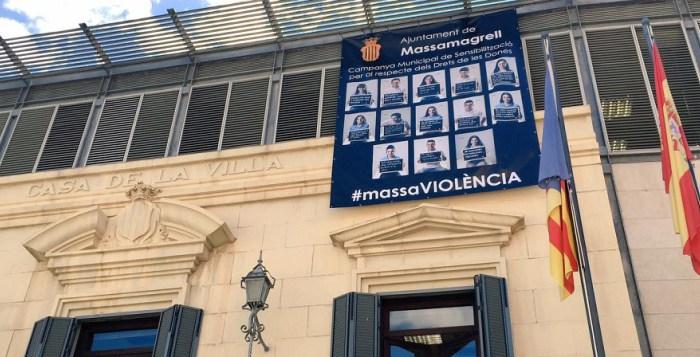 fachada-ayuntamiento-con-cartel